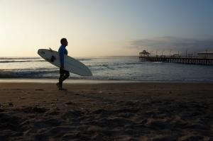 Surfer peruvian la apus de soare, plaja Huachayna
